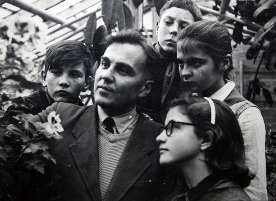 Василий Александрович Сухомлинский с детьми