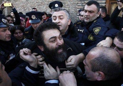 У резиденции патриарха Грузии подрались сторонники и противники суррогатного материнства
