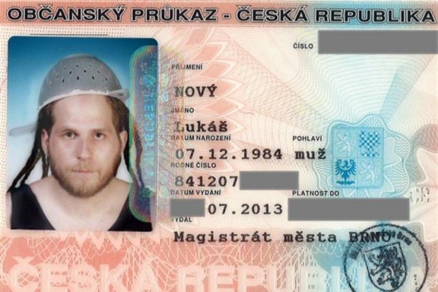 Чешский последователь пастафарианства сфотографировался на документы с дуршлагом на голове