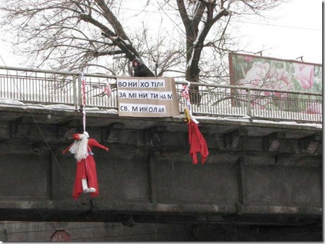 В Киеве повесили Деда Мороза и Снегурочку