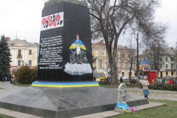 """Полтава. Богородица с """"небесной сотней"""" вместо Ленина"""