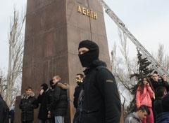 Националисты сносят памятник Ленину